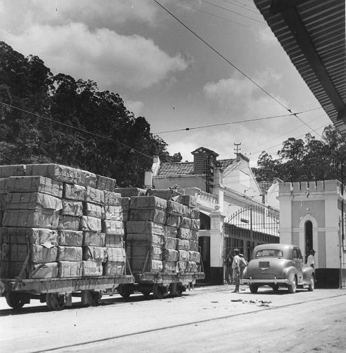 A linha particular para transporte de produtos para a estação.